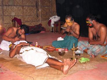 Vorbereitung für eine Kathakali-Aufführung