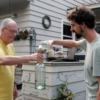Bruce spendet Flaschen aus seiner Bierbrau-Sammlung für mildtätige Zwecke