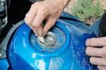 Dann noch mit Frischhaltefolie und Gaffa-Tape den Tank verschließen und vorsichtig mit feinem Schmirgel den Rost abschleifen. Staub absaugen und die Metallflächen z.B. mit Kugellagerfett dünn einreiben.In diesem Arbeitsschritt lohnt es sich auch zu prüfen, ob das Wasserabfluss-Loch (unten links) durchlässig ist.