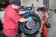 """Erik zieht uns die Reifen mit schwerem Gerät auf. Schlauchlosreifen """"von Hand"""" zu montieren macht nämlich definitiv keinen Spaß."""