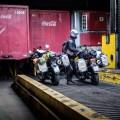 Rein in den Tanker und ab auf den Lastenaufzug, der unsere V-Stroms auf das Oberdeck hieft.