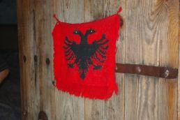 Die albanische Flagge ziert den Eingang