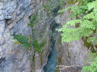 Durch diese enge Schlucht zwängt sich das gesamte Wasser, das von der Hochebene abfließt.