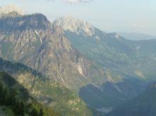 Beeindruckende Bilder - die Berge in der Abendsonne. Der Schnappschuß war während der rasanten Fahrt nicht ganz einfach.