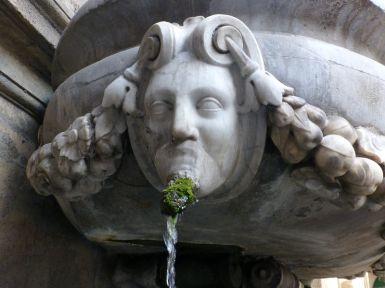 Am Brunnen wächst so mancher Bart.