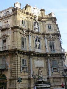 Barocke Architektur an der Quattro Canti, wo vier Straßen des Altstadtviertels aufeinander treffen.