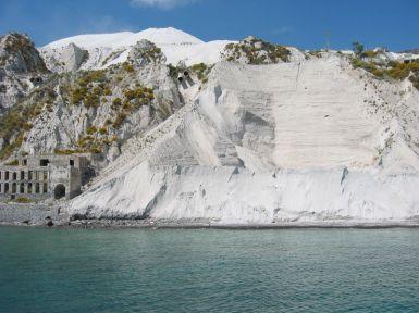 Weiße Küste vor Lipari - hier ein ehemaliger Bimssteinbruch.