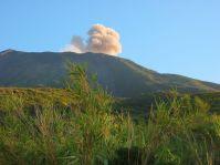 Die Ausbrüche des Vulkans werden von heftigem Grollen begleitet.