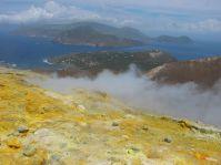 Auf dem Vulkan von Volcano - die Insel im Hintergrund ist Lipari.