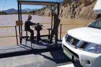Zwei Mann, zwei Motoren auf der Grenzfähre über den Orange River