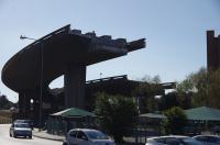 Das 'Burgplatzloch' von Kapstadt. Die unvollendete Schnellstraße gab es schon vor 17 Jahren. Auf Grund einer architektonischen Meisterleistung führt die Kurve direkt in ein denkmalgeschütztes Haus. Das Relikt hat alle Wirren der Zeit, selbst die Fußball WM, überlebt. Leipziger wissen, warum wir es 'Burgplatzloch' nennen.