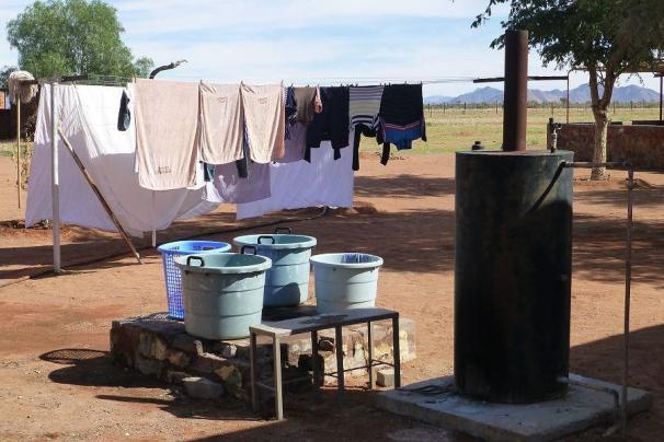 Die Wäscherei auf der Betta Campsite. Das Wasser wird in Holzöfen erwärmt.