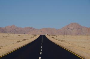 Quer durch die Namib-Wüste führt diese Straße. Ähnlich unseren Schneepflügen stehen Räumgeräte bereit, um die Strecke nach einem Sandsturm wieder befahrbar zu machen.