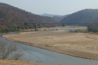 Über den Luangwa River führt eine riesige Spannbrücke. Parkplätze sind hier leider Mangelware, sonst wäre ein besseres Foto entstanden.