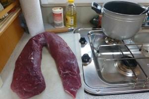 Wir freuen uns auf das Abendessen. Heute wird ein knapper Meter Wildfilet zubereitet...