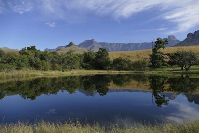 In der Ferne erhebt sich das Drakensbergmassiv wie in einem großen Amphitheater...