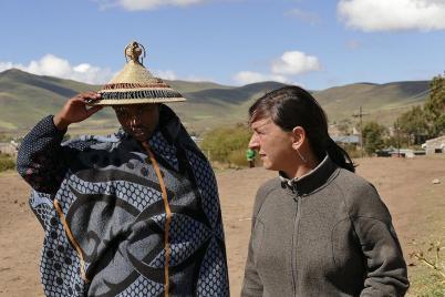 Gabriel begleitet uns in traditioneller Basotho-Tracht durch Semonkong.
