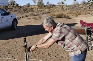Ein afrikanischer Wasserhahn ist nicht ganz einfach zu bedienen.