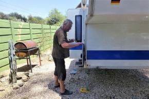 Jörg bei der Pflege der Gummis