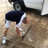Henrik beim Entwässern des Terrains.