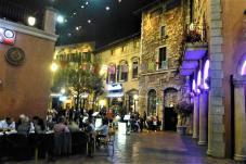 Monte Casino ist ein vollständig überdachtes, nachgebautes italienisches Dörfchen