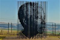 Steht man auf der richtigen Position, entpuppt sich das Ganze als Porträt von Nelson Mandela. An dieser Stelle wurde der Mann 1962 verhaftet.