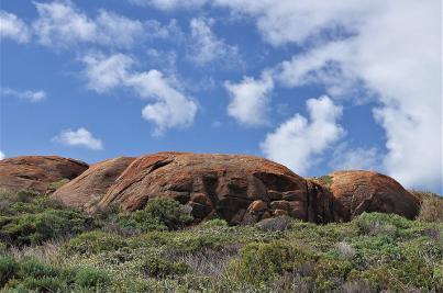 Das Gestein rund um den Mount Chudalup ist mehr als eine Milliarde Jahre als. Durch die hohe Feuchtigkeit hat sich Moos gebildet, das den Granit farbenprächtig umhüllt.