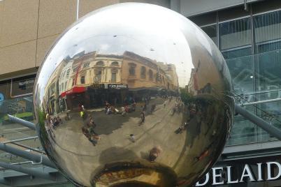 In Adelaide konnte man einen Blick in diese überdimensionale Weihnachtsbaumkugel werfen.