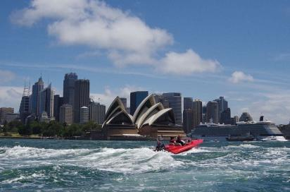Die Fahrt mit dem gemieteten Motorboot durch den Hafen wurde zum feuchtfröhlichen Erlebnis.