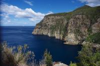 Immer wieder beeindruckend: Tasmaniens Felsküste. Die Wanderungen dorthin sind aber oft recht anstrengend.