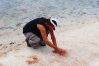 Mit der Hand im Sand wird eine Tradition der Aborigines gepflegt, die besagt – Ich war hier.