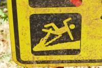 … wird die Gefahr auf diesem Schild schon drastischer dargestellt. Man beachte den erfreuten Gesichtsausdruck des Krokos.