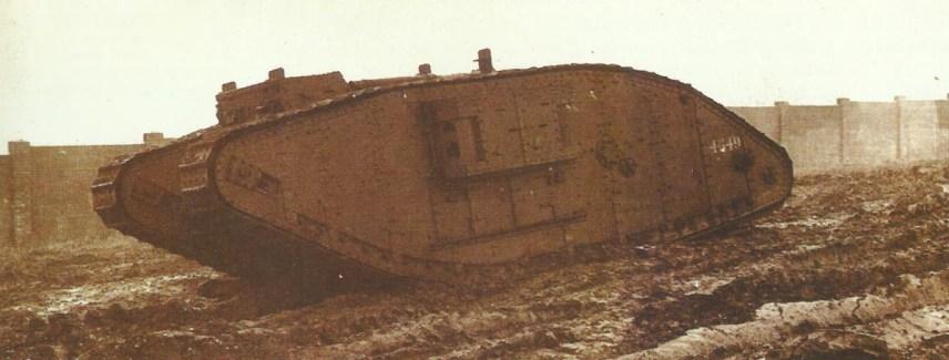 Tank Mk IV (weiblich). Die ersten Panzer hatten wassergekühlte Vickers-MGs, die aber bald durch Hotchkiss ersetzt wurden.