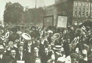 Österreicher feiern die Kriegserklärung an Serbien