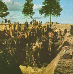 Vor Warschau werden Panzergräben ausgehoben.