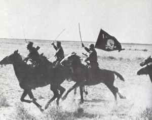 Eine Patrouille einer Kosaken-Einheit der Wehrmacht reitet eine Attacke.
