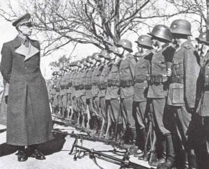 General Wlassow besichtigt Verbände der russischen Befreiungsarmee