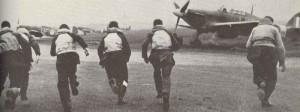 Piloten des Jägerkommandos laufen während der Schlacht um England zu ihren Hurricane-Jägern