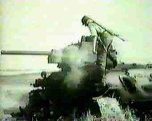 Deutscher Soldat auf einem abgeschossenen T-34