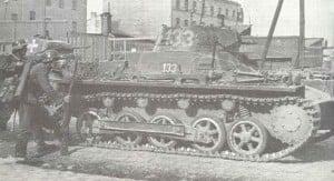 Deutsche Infanterie mit Panzerkampfwagen I Ausf.B im Strassenkampf