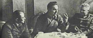 Deutsche und russische Offiziere bei Verhandlungen