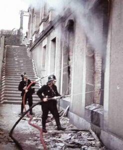 Feuerwehrmänner bekämpfen Brand nach Luftangriff auf Kassel
