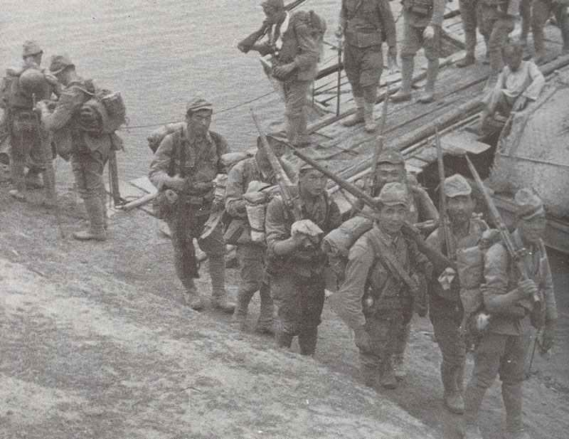 japanische Soldaten beim Überqueren einer Pontoon-Brücke in China