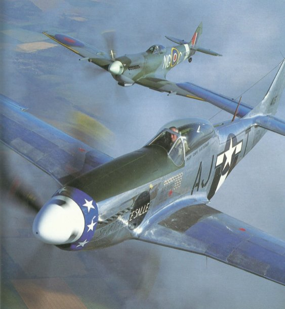 P-51D Mustang vor einer Spitfire LF.XVIe