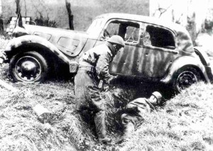 Französischer Soldat nimmt Deutschen Ende 1944 gefangen