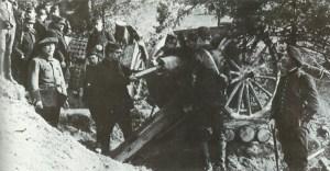 Französisches 75-mm M1897 Feldgeschütz im Gefecht