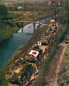Japanische mittlere Panzer Typ 89 B mit Infanterie auf dem Vormarsch