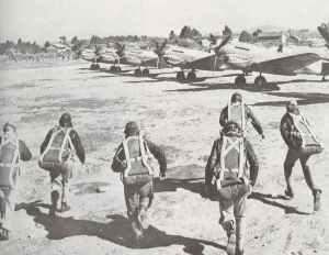 Piloten der Fliegenden Tiger rennen zu ihren Maschinen.