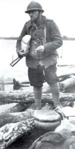Französischer Soldat mit Sten-MPi im Winter 1944/45