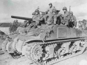 Sherman-Panzer transportiert GIs